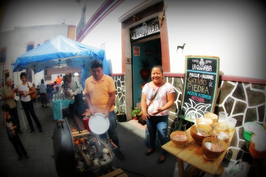Cocineros chinantecos preparan CALDO DE PIEDRA en Pulquería La Guayaba